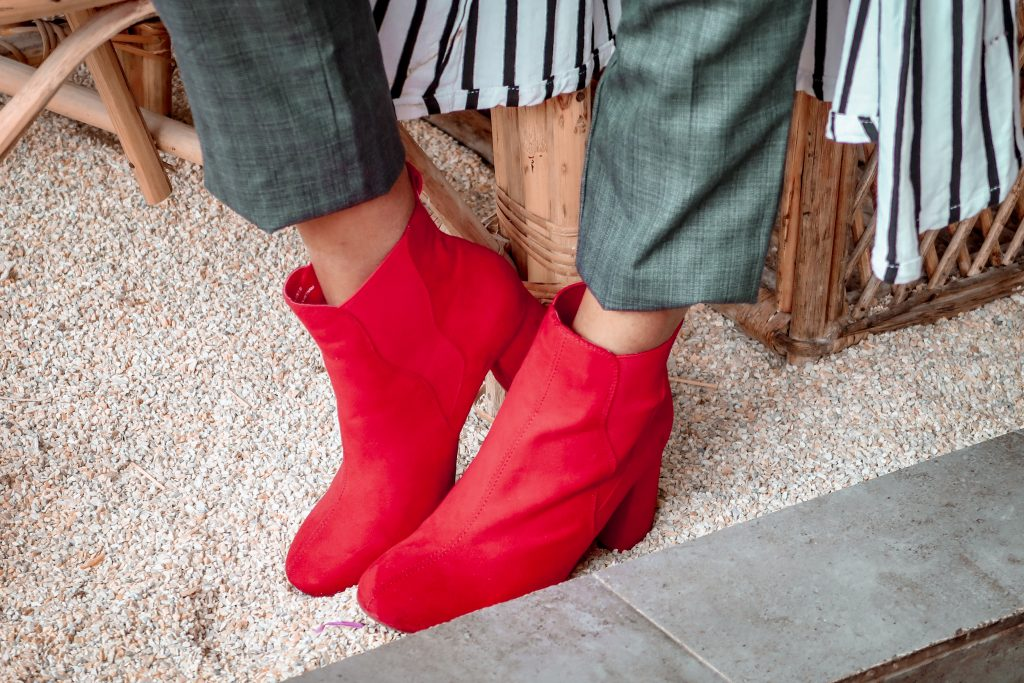 How to wear red boots
